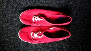 rote Keds in Größe 42