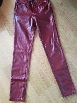 rote kunstlederhose