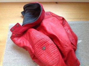 Rote Lederjacke aus weichem Leder mit Kapuze