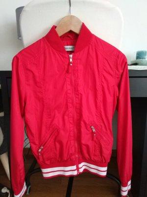 rote leichte Jacke