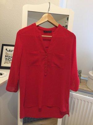 Rote luftige Bluse mit goldenen Knöpfen