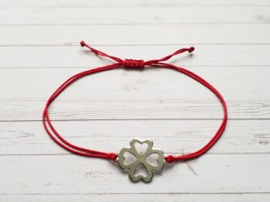 rote Makramee Armband mit silbernem Kleeblatt Verbinder aus Edelstahl.