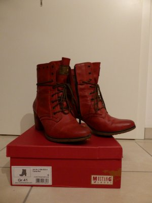 Rote Mustang-Stiefeletten
