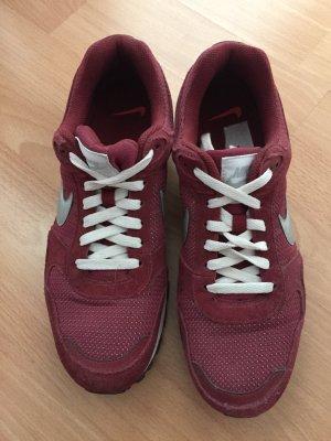 Rote Nike Turnschuhe