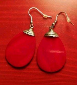 Rote Ohrhänger mit Silberfarbener Aufhängung