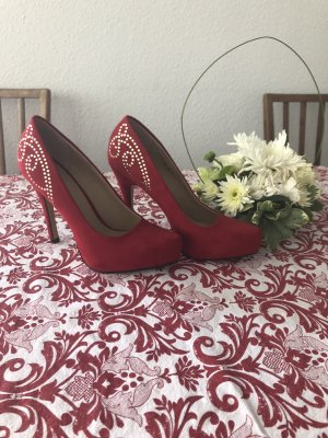 Rote Pumps mit Ornamente