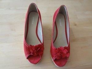 Rote Sandaletten mit Keilabsatz