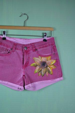 Rote Shorts mit bemalter Sonnenblume und Häkeldetails