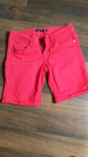 rote Shorts mit süßen Schleifchen hinten