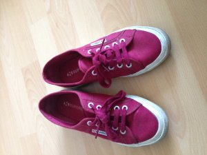 Rote Sneaker von Superga