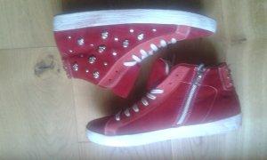 Rote Sneakers aus Wildleder mit Totenkopfnieten von Biondini