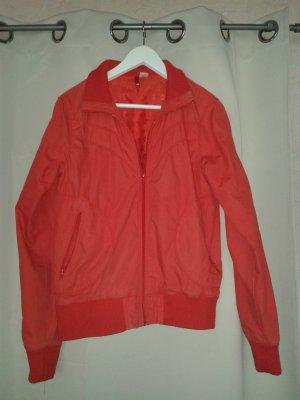 rote Sommer-übergangsjacke