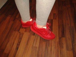 Rote Sportschuhe von Fila