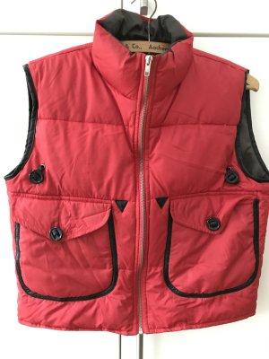 Rote Steppweste mit schwarz abgesetzten Taschen