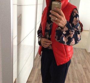 Rote steppweste perfekt für den Übergang zum sommer