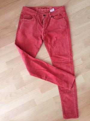 rote Stoffhose verwaschener Look