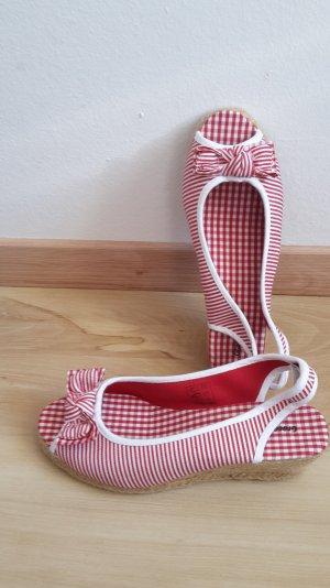 Rote Streifen Wedges aus Stoff mit Bast und Schleife