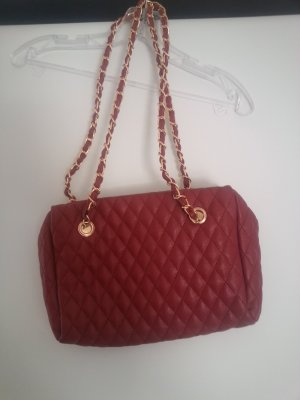 Rote Tasche mit goldenen Gliederketten an den Henkeln