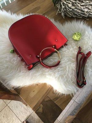 Rote Tasche mit Griffen in Ringform