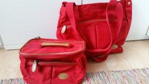 Rote Tasche mit passendem Reisenecessaire