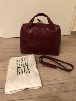 rote Tasche mit Rosenmuster