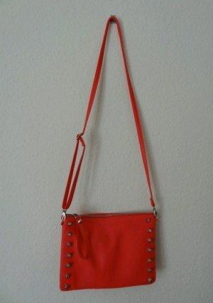 Rote Tasche mit seitlichen Nieten