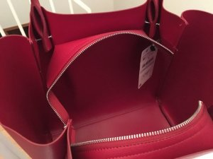 Rote Tasche von Zara aus aktueller Kollektion. Neu mit Etikett