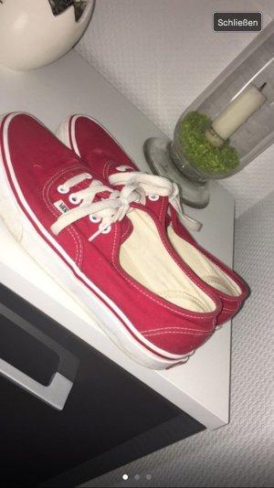 Rote Vans mit weißen Schnürsenkeln