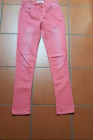 rote verwaschene Jeans