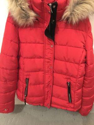 Rote warmanhaltende Jacke
