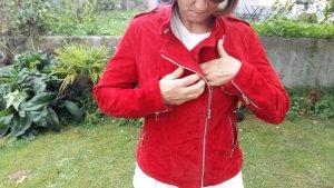 rote weiche gefütterte Lederjacke