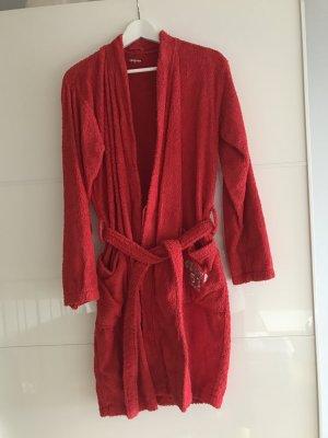 Roter Bademantel aus Frottee