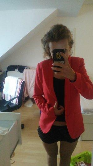 Roter Blazer ohne Knöpfe