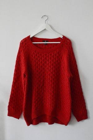 Roter Grobstrick-Pullover mit Zopfmuster