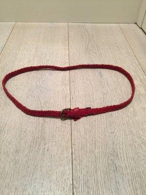 Roter Gürtel geflochten aus Leder