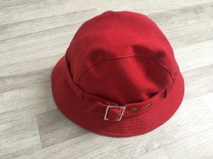 Roter Hut mit Schnalle