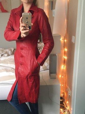Roter langer Ledermantel