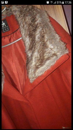 Roter Mantel mit Kunstfellkragen Größe 46