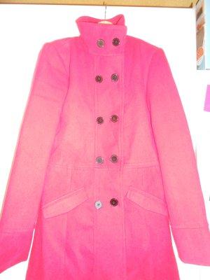Roter Mantel mit schwarzen Knöpfen