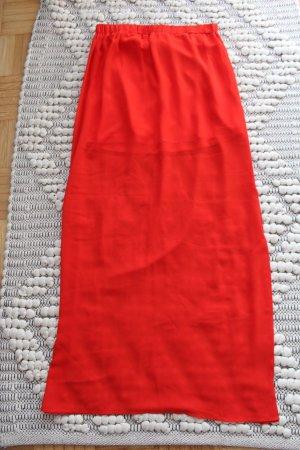 Roter Maxirock mit Schlitzen