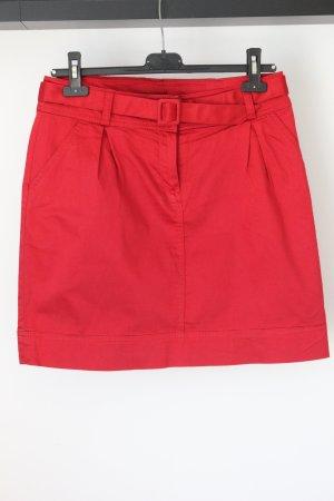 Roter Minirock mit Gürtel