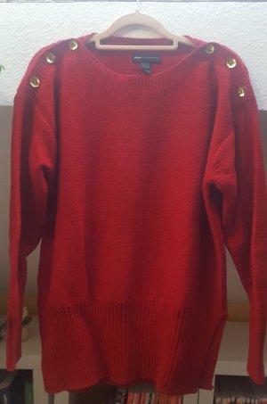 Roter Pullover mit goldenen Knöpfen