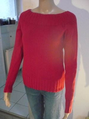 Roter Pullover mit leichtem U-Ausschnitt