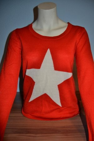 roter Pullover mit Sterndruck