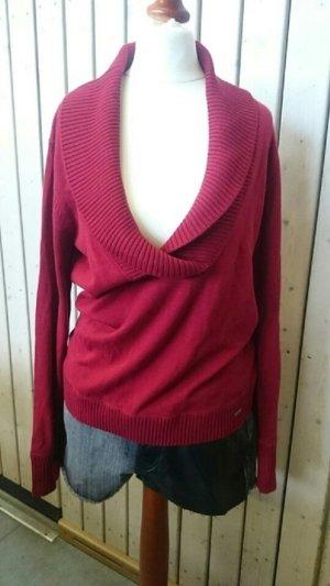 Roter Pullover mit V- Auschnitt