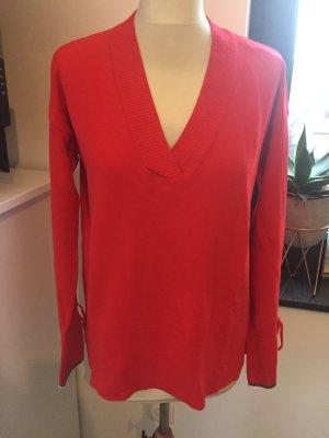 roter Pullover mit V-Neck und Bindedetail am Ärmel