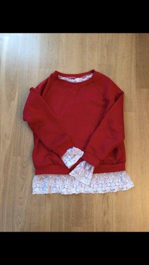 Roter Pullover mit weißer Spitze