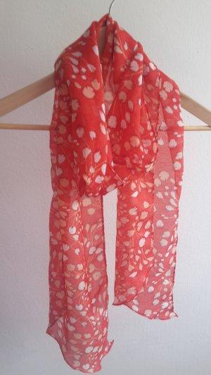 Roter Schal mit Blumenmuster mit Spitz zulaufenden Enden