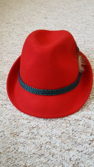 Roter Trachtenhut mit Feder