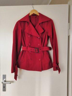 Roter Trenchcoat mit Gürtel